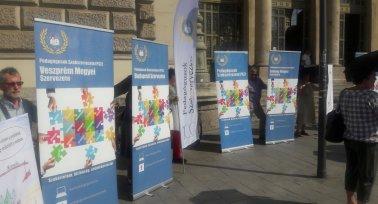 Fekete esernyőkkel tiltakozott a Pedagógusok Szakszervezete Budapesten