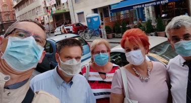 Nyílt nappal tiltakoztak az SZFE hallgatói, a PSZ kesztyűket és szájmaszkokat vitt