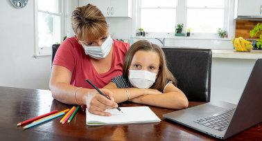 A PSZ régi kérése teljesülhet: a krónikus betegségben szenvedő pedagógusok online oktathatnak